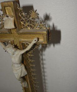 Madamvintage - Kruisbeeld op voet